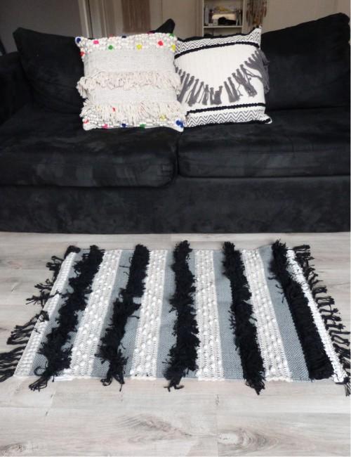 Tapis gris avec franges noires et pompons blancs bohème - Boutique l'ananas