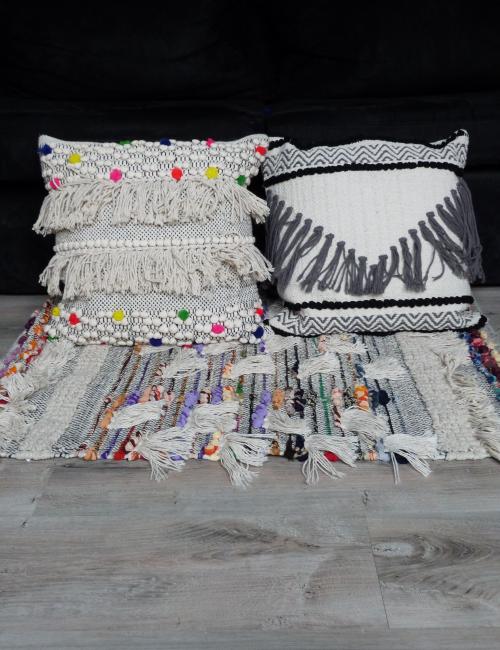 Taie d'oreiller blanche pompons noirs et franges grises style ethnique - Boutique l'ananas
