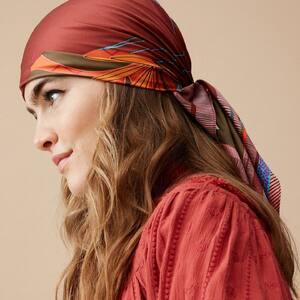 La bohémienne ✨💜 Le nouveau format de foulard, c'est le modèle intermédiaire, parfait pour le mettre dans les cheveux, ou autour du cou. Venez découvrir tous nos imprimés et couleurs. www.boutique-lananas.com   #foulard #boheme #headband #ibizastyle #bohemestyle #hippiechic #gipsystyle #boheme #bordeaux