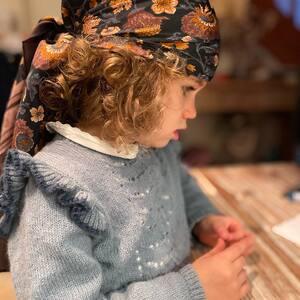 Giulia, la petite bohémienne. 🌸🍍  Si belle avec notre foulard à fleurs en soie.  #foulard #foulardsoie #soie #fleurs #flowers #hippiechic #boheme #bohemienne #boutiquelananas #bordeaux #giulia