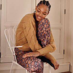 Cocooning ✨ Vous le connaissez déjà, ce pantalon ultra confortable grâce à une matière si douce. Le voici dans un nouvel imprimé bohème : de jolies fleurs 🌸🤍 #pantalon #pyjama #boheme #ootd #outfit #bohemestyle #gipsystyle #hippiechic #cocooning #bordeaux #boutiquelananas