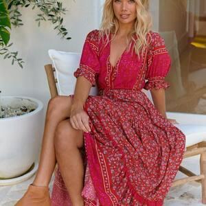 Bohème ✨ Notre jolie robe longue aux petites fleurs. 🌸❤️ www.boutique-lananas.com   #robelongue #robeboheme #roberouge #reddress #gipsystyle #bohemestyle #bordeaux